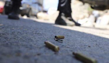 Matan a balazos a hombre y hieren a menor afuera de una primaria en Neza