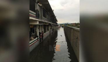 Se desborda canal de riego junto al albergue para jornaleros en Yurécuaro, Michoacán