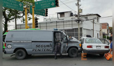 Prison security patrol crashes into a car in Zamora, Michoacán, there's an injured