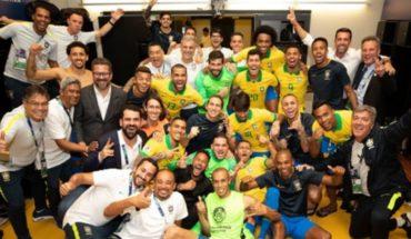 Dani Alves hizo bailar al equipo adentro y afuera de la cancha y opinó sobre la polémica jugada con Agüero