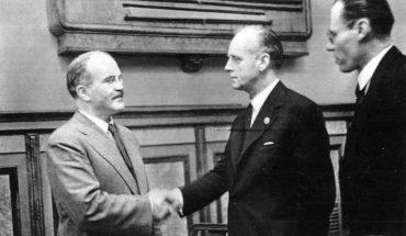 Viacheslav Mólotov (izda.) y Joachim von Ribbentrop (dcha.) tras la firma del Tratado de Amistad entre la Unión Soviética y Alemania, 28 de septiembre de 1939. Casi un mes antes habían firmado el pacto Molotov-Ribbentrob. Foto: фонд ЦГАКФД (Wikimedia Commons / Dominio público)