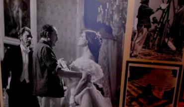 """Foto de la exhibición """"Giuseppe Tomasi di Lampedusa (1896-1957): un lettore europeo"""". Luchino Visconti dirige a Burt Lancaster y a Claudia Cardinale en la escena del baile en la adaptación cinematográfica de """"El gatopardo"""" (1963). Foto: Carlo Raso (Dominio público)."""