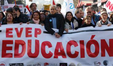 Profesores marchan por la Alameda en quinta semana de paro