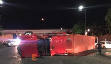 Seis personas heridas al volcar un tráiler que golpeó dos combis de transporte público, en el crucero del Tec. de Morelia