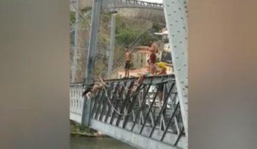 [VIDEO] Mujer que se desnuda y salta desde un puente se hace viral