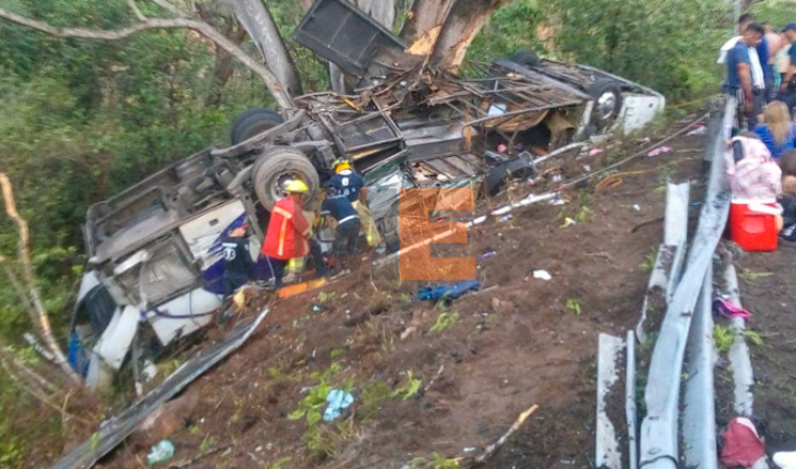 Bus crashes and 11 passengers die in Compostela, Nayarit