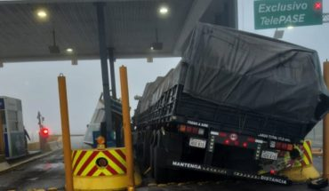 Rosario-Santa Fe highway: truck rammed toll booth and there are 2 serious children