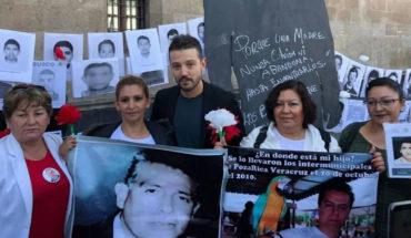 Diego Luna se une a los miembros del 'Movimiento por Nuestros Desaparecidos' en Palacio Nacional