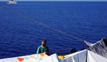 Migrantes del Open Arms se lanzaron al mar para tratar de desembarcar