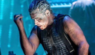 Rammstein: el beso que se dieron sobre el escenario en Moscú los guitarristas de la banda alemana para desafiar a Putin