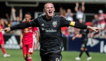 Rooney volvió al fútbol inglés como ayudante técnico y como jugador