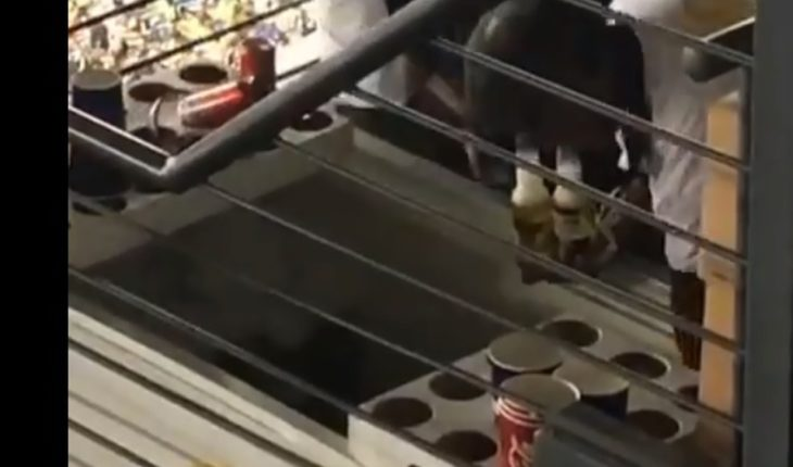 Employees of the Aztec Stadium reducing beer with water (Video)