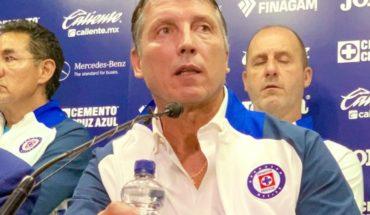 Aficionados de Cruz Azul increpan y protestan contra Siboldi con billetazos