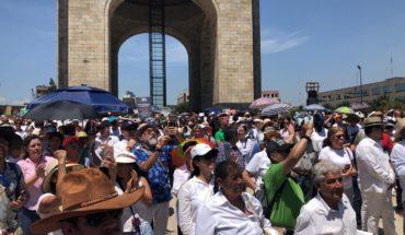 Chalecos verdes y camisas blancas marchan contra AMLO