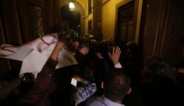 Comerciantes bloquean los accesos a Palacio Nacional