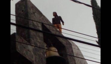 Joven trata de saltar de un campanario de iglesia y policías lo impiden (Video)