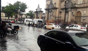 Moto atropella a 2 peatonas al derrapar afuera de Catedral en Morelia, Michoacán