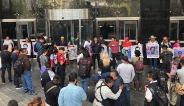 Padres de normalistas de Ayotzinapa exigen a la FGR agilizar investigación