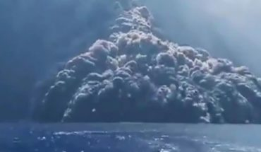 Video: Tourists flee by boat from the eruption of Stromboli volcano