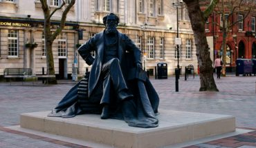 Estatua de Charles Dickens en Guildhall Square, Portsmouth. Foto: Peter Trimming (CC BY 2.0). Blog Elcano