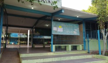 Frente a compañeros, director acusa a niña por demandar a la escuela