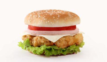 Retiran hamburguesas por ofrecer pellejo y no pechuga de pollo