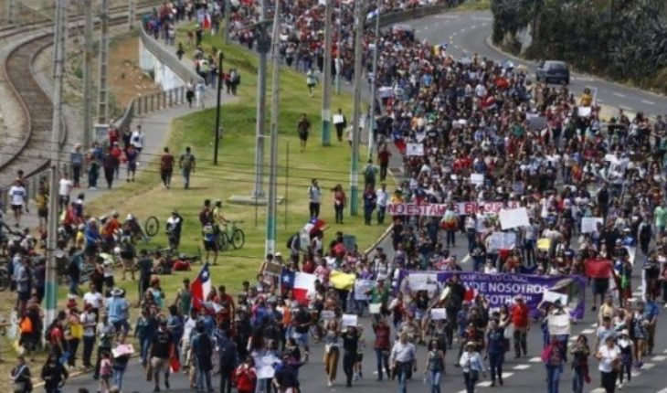 People continue to join in massive marches in Viña del Mar bound for Congress in Valparaiso: more than one hundred thousand