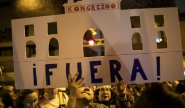 Peruvians take to the streets to support Martín Vizcarra after disbanding parliament