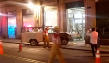 Vehicle loses control and hits a trade in the center of Morelia; there are two wounded