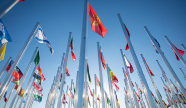 Banderas de países en la sede de la Conferencia de las Naciones Unidas sobre el Cambio Climático COP 25. Foto: UNclimatechange (CC BY 2.0). Blog Elcano