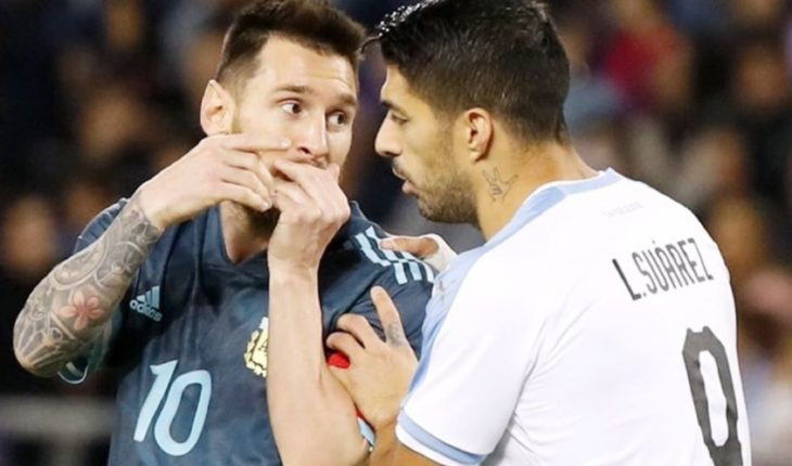 Argentina vs Uruguay: Messi amargó a Suárez sobre el final con gol de empate