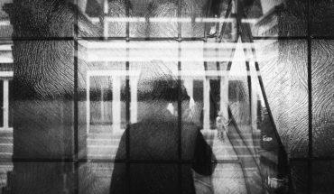 Silueta de una persona (alertador) en una ventana. Foto: leon lau (@leonimagine). Blog Elcano