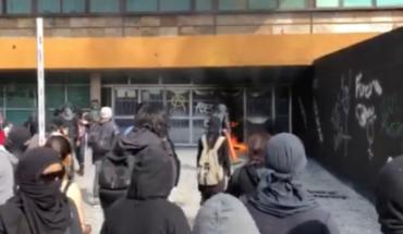 Queman y rompen vidrios de la Rectoría en la UNAM después de protesta
