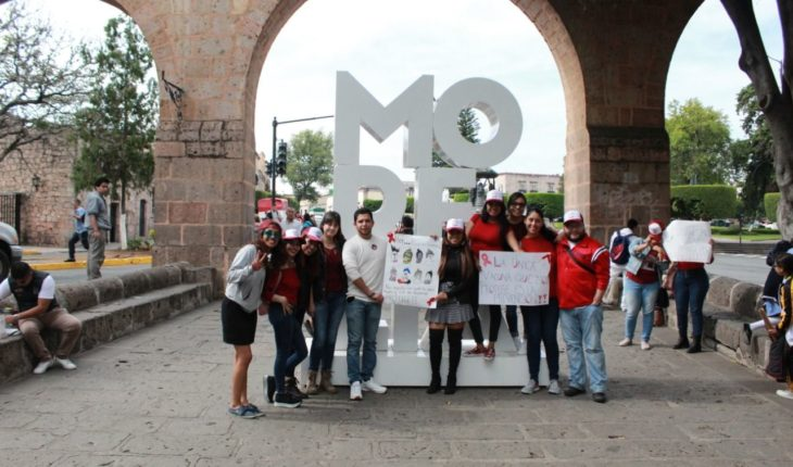 """IJUM gives away condoms with """"Pick Up Your Condom"""" campaign in Morelia"""