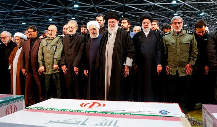 Alí Jamenei y Hassan Rohaní, líder supremo y presidente de Irán respectivamente (centro y a la izquierda), durante el funeral de Qasem Soleimani en Teherán. Foto: Fars News Agency (Wikimedia Commons / CC BY 4.0). Blog Elcano