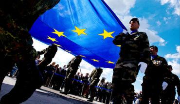 Defensa de la UE. Soldados llevando la bandera de la UE. Foto: © European Union 2014 - European Parliament (CC BY-NC-ND 2.0). Blog Elcano