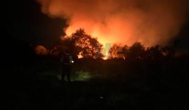 Bomberos controlan incendio en pastizal próximo a casas en fraccionamiento de Morelia