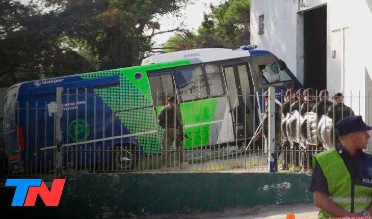 Fernando | La llegada de los rugbiers detenidos al juzgado de Villa Gesell, entre gritos e insultos