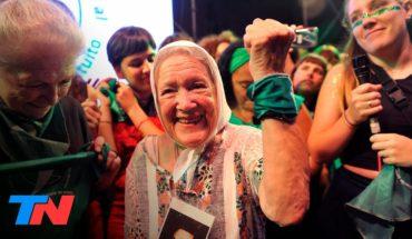 Nora Cortiñas, una de las fundadoras de las Abuelas de Plaza de Mayo, en el  pañuelazo por al aborto