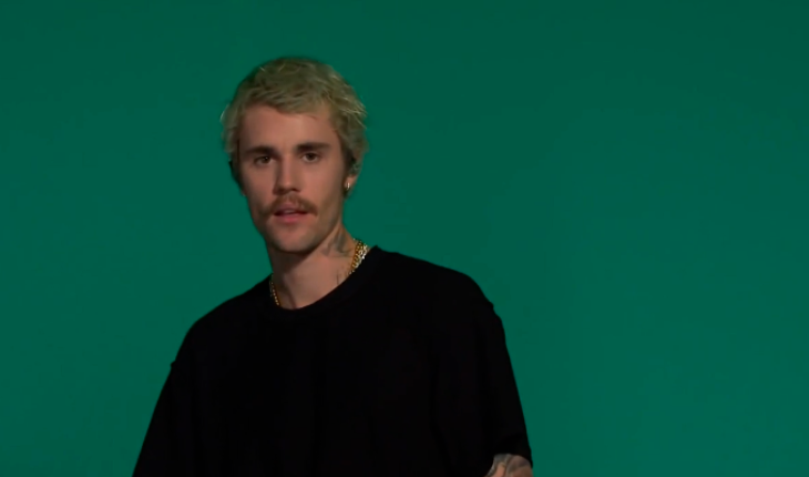 Justin Bieber appears in a show and looks alarming his followers (video)