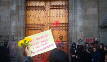 Women demand AMLO with justice against femicides at National Palace