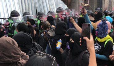 5 personas sufren quemaduras en protestas; truenan petardos frente a Palacio