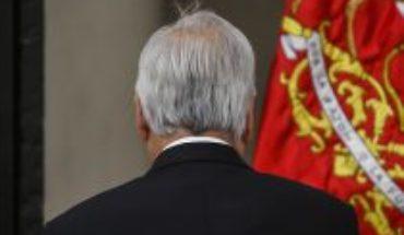 """A casi cinco meses del inicio del estallido social, The Economist destroza conducción de Piñera: lo considera """"asediado"""" y que ha manejado la crisis como si estuviera """"regateando"""""""