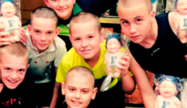 Amigos de niño con leucemia se rapan el cabello en solidaridad