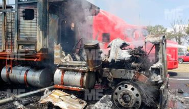 Camión arde en llamas en la Autopista de Occidente por supuesta falla mecánica