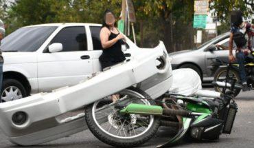 Camioneta embiste a motocicleta en El Barrio, Culiacán; hay dos heridos