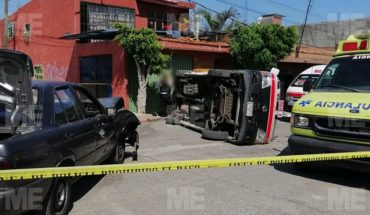 Combi se volcó tras impactar con auto en la Ricardo Flores Magón, en Morelia