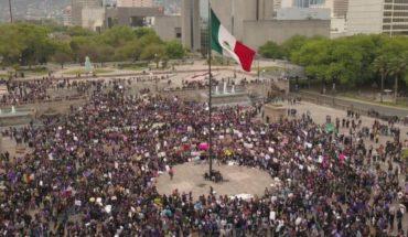 Con gritos de 'ni una menos' y fuente pintada de rojo, protestan en Monterrey