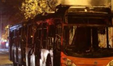 Dos buses del Transantiago fueron quemados en la tercera noche de incidentes en la capital