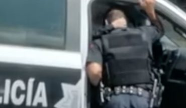 Exhiben en video a 2 policías dándose caricias en Guadalajara